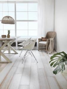 Oak_Beach-House_WHITE_brushed_matt-lacquered_web