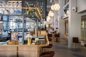 Ravintola Bronda, Helsinki. Ravintolan äänentoisto on toteutettu kokonaan Genelecin aktiivikaiuttimilla. Copyright Presson Oy